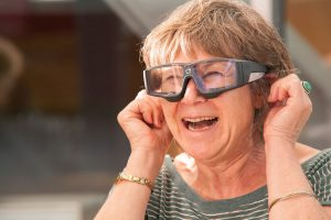 Frau mit Eyetracking-Device