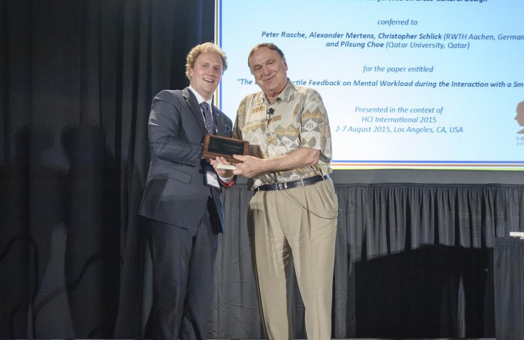 Übergabe des Best Paper Awards (von Links, Peter Rasche und Professor Gavriel Salvendy)