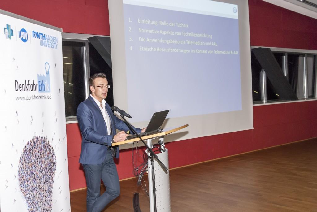 """Prof. Dr. Groß (RWTH Aachen) während seines Vortrags zum Thema """"Ethik vs. Technik am Beispiel von Telemedizin und Ambient Assisted Living"""""""